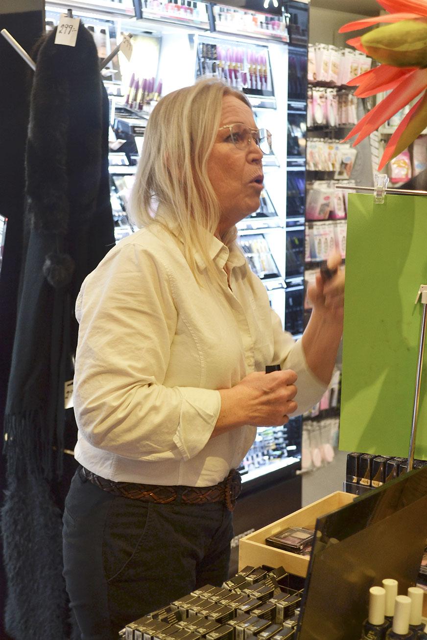 Eva-Lena Hansson hade fullt upp hela kvällen i butiken Parfymeri Cazandra.