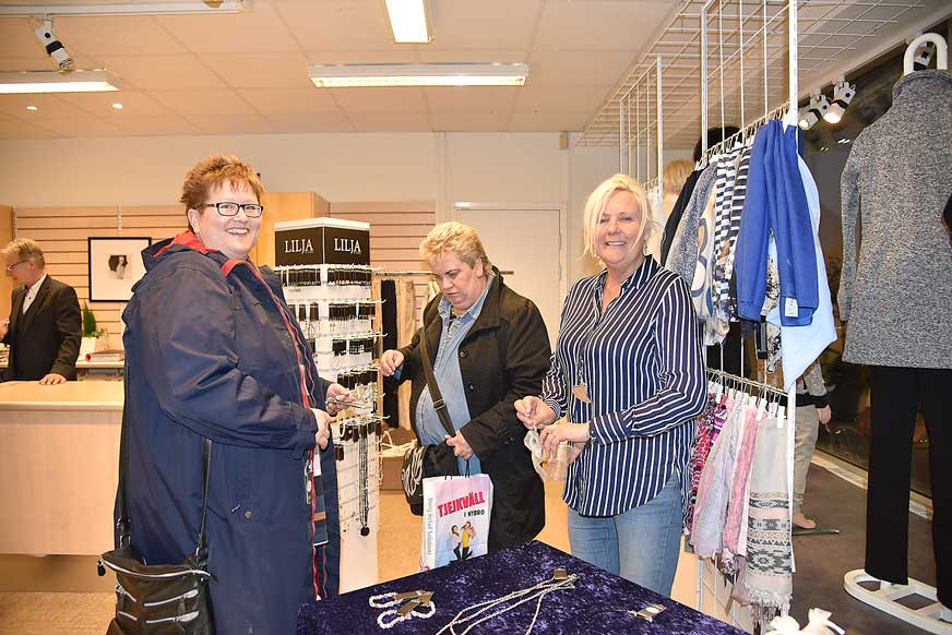 Helena Mertner och kompisen Karin Holgersson köper smycke på Duveskogs av leverantören Åsa Fahlén från Lilja & Lykke. leverantör