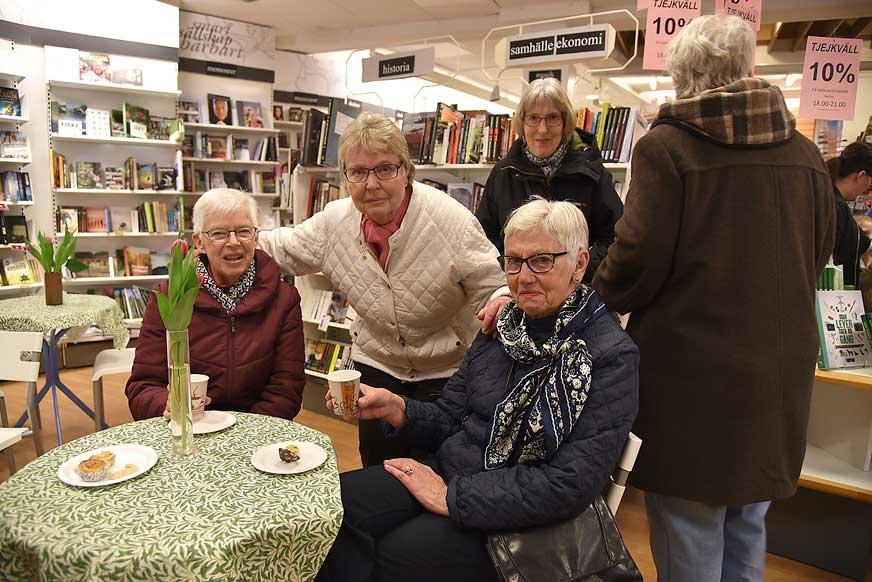 Traditionellt (bok) fika hos Bohmans Bokhandel för Karin Johansson, Mette Paavola och Ing-Britt Nilsson.