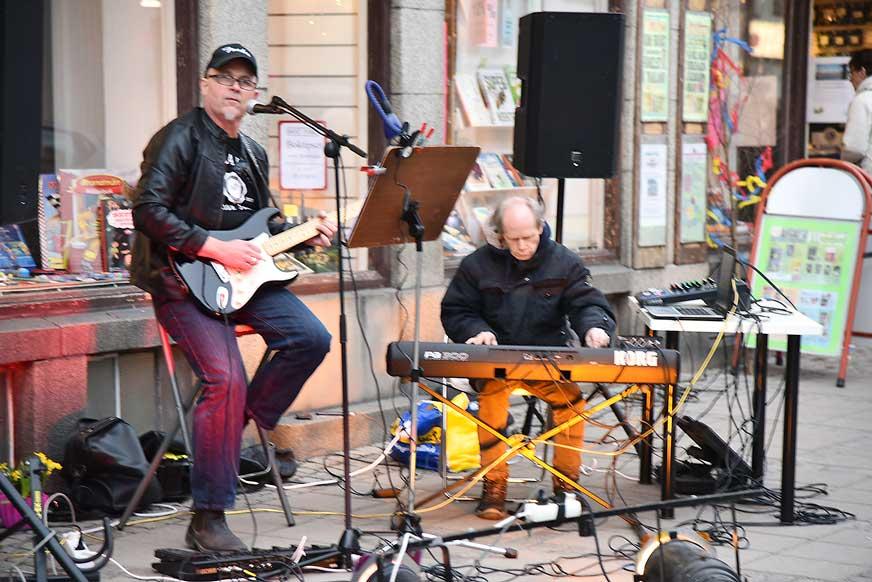 Micke och Mange spelade utanför Bohmans.