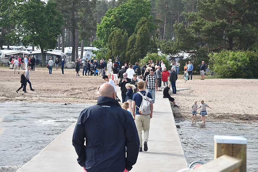 Mycket folk hade kommit till Vita Sand för att vara med om invigningen av bryggan.