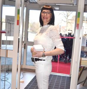 Susanne delar ut presentkort till kunderna.