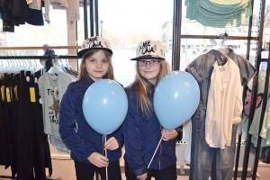 Tilda Lindén och Julia Gliving ville köpa likadana kepsar.