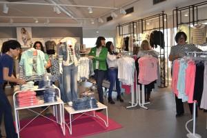 Personalen på Lindex ser till att alla kläderna ligger på plats inför nyöppningen.