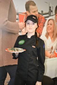 Madelene Johansson med dagens rätt som serveras på Parkgrillen alla vardagar.