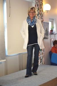 Lena i en snygg längre kavaj, marinblå tröja och jeans i bootcutmodell.