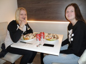 Ida Eliasson och Hanna Persson brukar gå på tjejkvällen. De passade på att äta på Pizzeria Amigo.