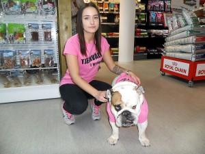 På Djurens Värld var både två- och fyrbent personal klädd i den rosa tjejkvällströjan. Här ses Alice Isaksson tillsammans med Hasse.