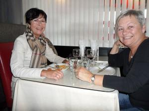 Agneta Karlsson och Inga-Britt Enblom inledde kvällen med mannekänguppvisning och sedan mat på Nybro Kebab. – Sen ska vi shoppa loss, sa Agneta.