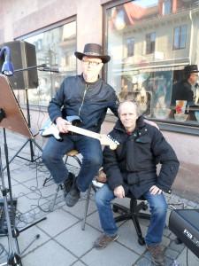Mikael Fredriksson och Magnus Svensson stod för musikunderhållning på Storgatan.