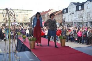 Susanne och Lotta med kläder från Lindex.