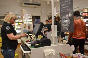 Christine på Lifebutiken hjälpte tjejerna med rätt produkter.