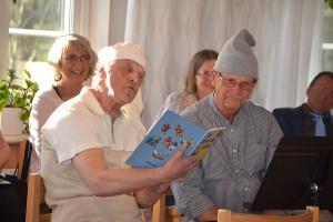 """Astor Karlsson och Ingemar Dahlgren, gestaltar herr Larsson och Herr Larsson i """" Gubben i lådan""""."""
