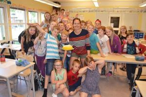 Jenny Andersson på Madesjöskolan med sina elever i klass 2.