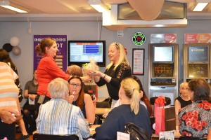 Anna Hansen delar ut en vinst som var skänkt av Nybro Glasbruk till Towe Danielsson.