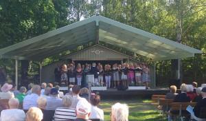 """Våghalsarna sjöng """"Ute blåser sommarvind"""" och """"Sommarmarsch"""".  samt tre sånger tillsammans med manskören."""
