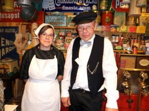 Lina och Ronny Molin, eller för kvällen Greta och Gustaf F Söderberg, arbetar i handelsboden.
