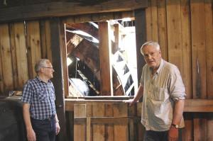 Här ses Roland Larsson och Dick Måård vid ett av vattenhjulen till den gamla smedjan.