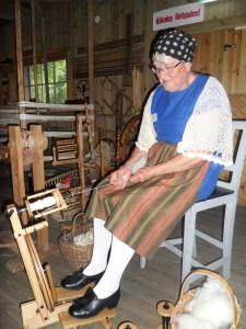 Gudrun Wirbladh visar hur det går till att spinna.