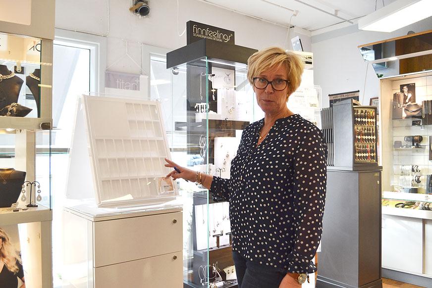 Marie hos Stjärnurmakarna fyller på i butikens ställ. Under tjejkvällen blir det tävling och auktion i butiken.
