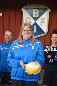"""Ann-Louise Ahonen fick mottaga en tårta """"För att hon är värd det""""."""