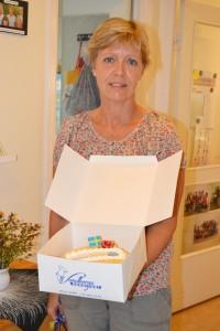 """En rörd och glad Christel med tårtan """"För att hon är värd det"""""""
