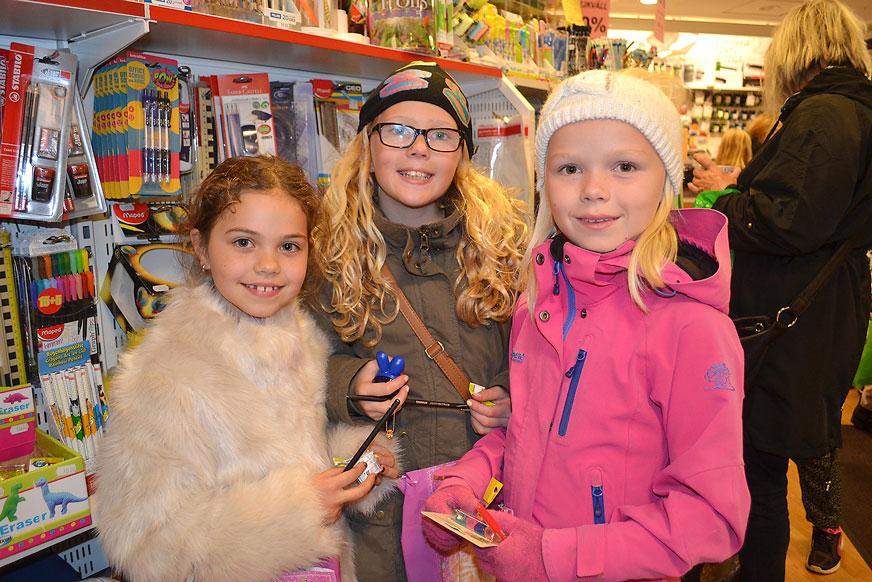 Nova Hilma och Elsa var på Bohmans Bokhandel och handlade sudd och pennor.