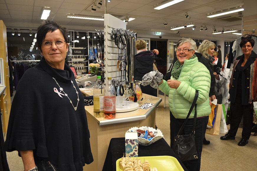 Anna på Duveskogs hade fullt upp hela kvällen. Här tillsammans med kunden Vivianne Sjöqvist.