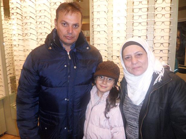 På Glasögon & Linser  tittade Tarek Alhomsi, Khadija Alhomsi och Sowsan Ojou på glasögonbågar.