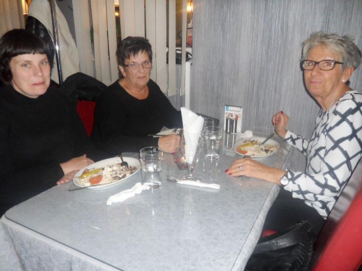 Gunilla Axelsson åt gott hos Nybro Kebab tillsammans med Ulla Axelsson och Rita Eriksson.