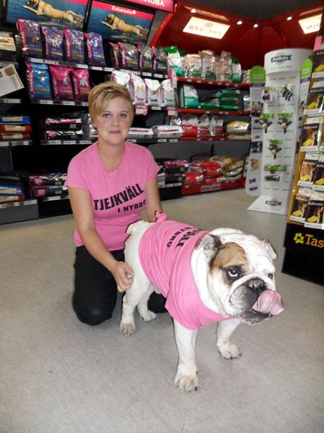 Emma Rathjen hade hjälp av hunden Hasse på Djurens Värld.