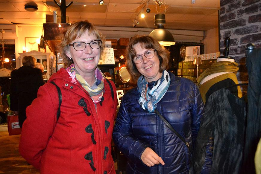 Helen och Katarina är gamla arbetskamrater, som träffas för att gå på tjejkväll. Här är de på Lizes Interiör.