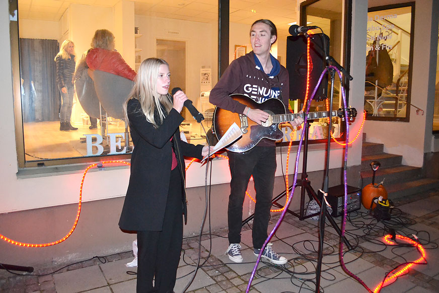 Duktiga ungdomarna Moa och Samuel sjöng och spelade utanför Bella Derma.