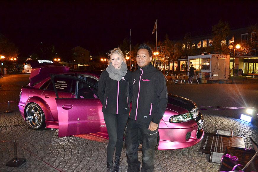 Janni och Ola vid Rosa Bilen.