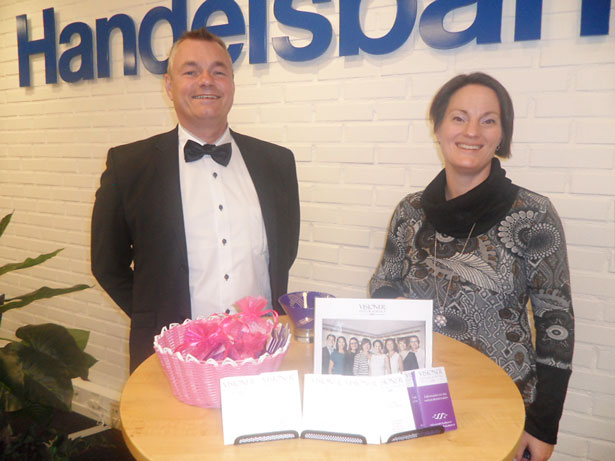 Jonas Jonsson och Elisabeht Aronsson från Visioner Advokatbyrå höll till i Handelsbankens lokaler och svarade på frågor under tjejkvällen.