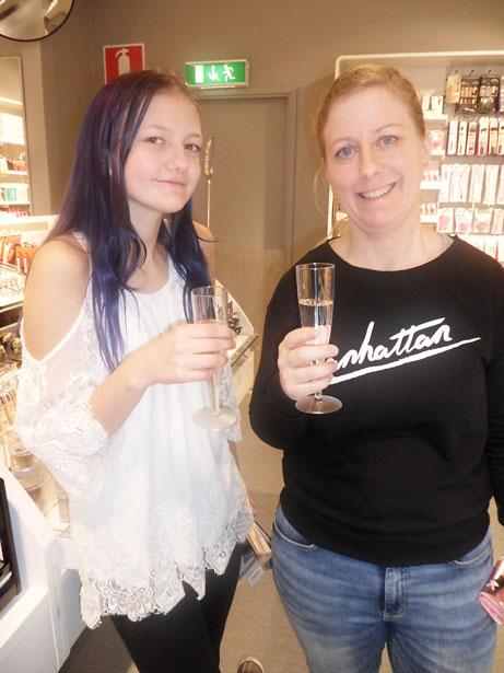 Tinja och Jennie var med på välgörenhetsshoppingen.