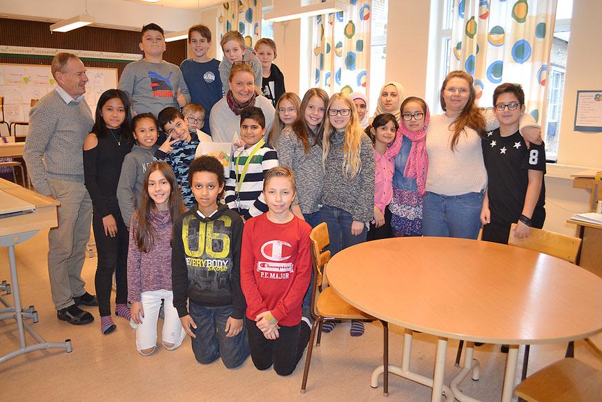 Specialpedagog Catarina Gardelach omgiven av alla härliga elever i klass 5 samt några av kollegerna på Fagerslättsskolan.