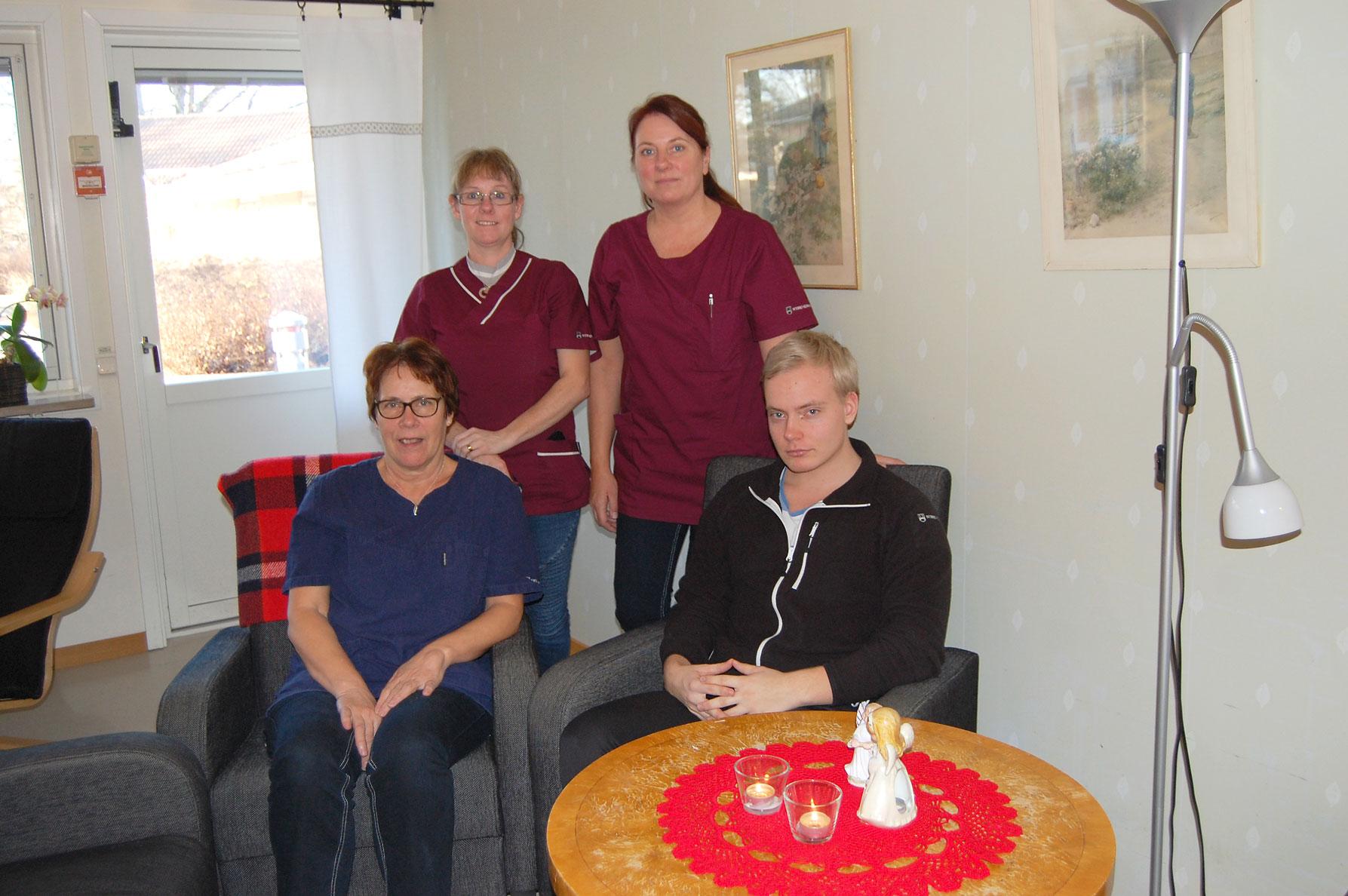 Vid äldreboendet Almen ser Monica Björk, Jenny Andersson, Marie Johansson och Adam Jonsson till att göra det festligt före och under julhelgen.