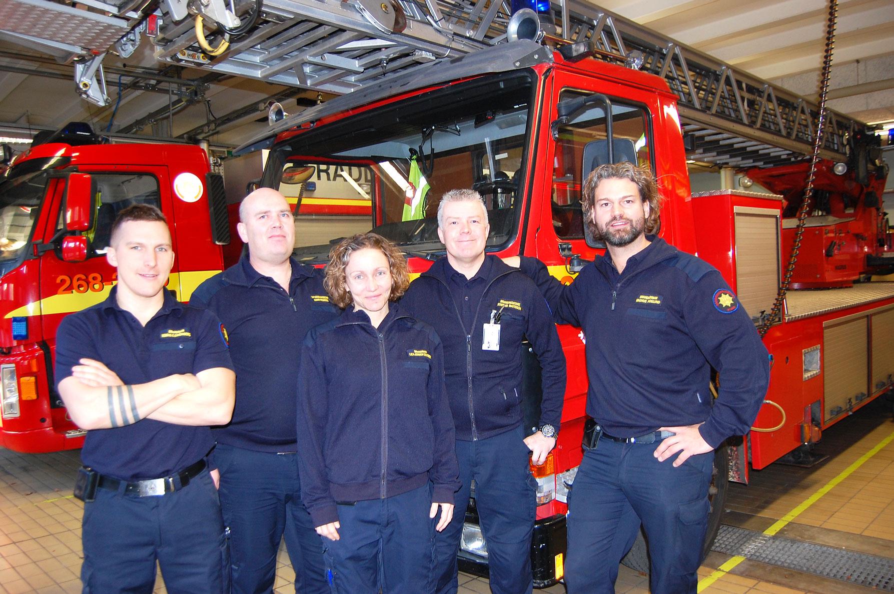 Räddningstjänstens Tobias Strömberg, Johan Aronsson, Lisa Jensen Dziobek, Staffan Mattsson och Magnus Skoglund vet vad det innebär att jobba under julhelgen.