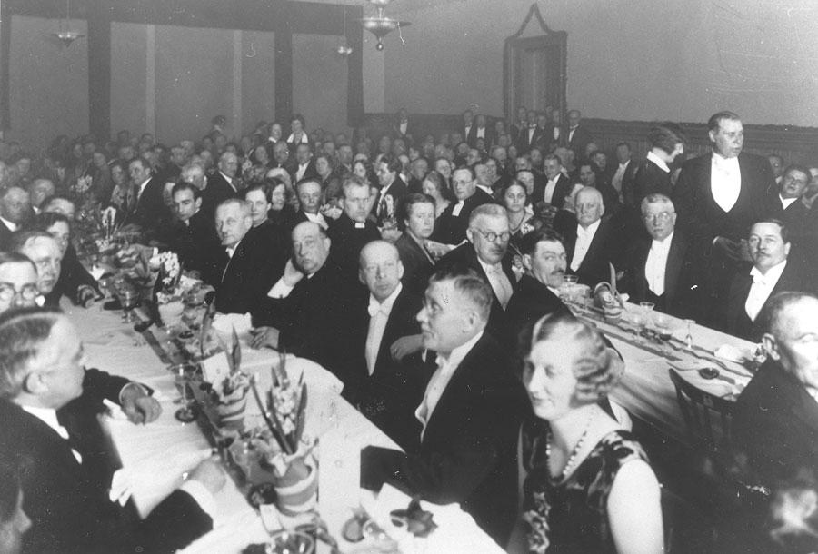 Middag för inbjudna i Badhusrestaurangen med lax, kalkon och glass med sherry, bubbelvin och madeira.Då Nybro blev stad 1932. Foto: Ur Gerhard Köppens Arkiv.