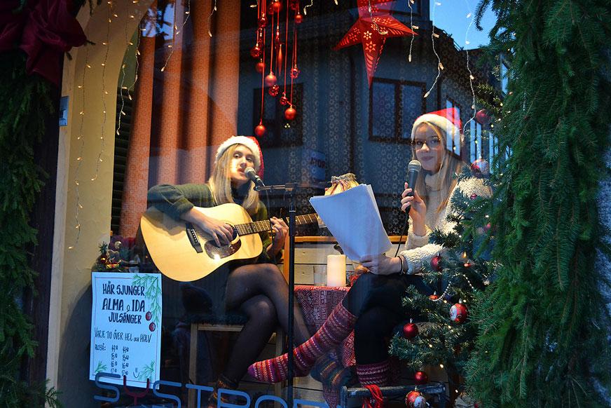 Ida Jansson och Alma Flink stod för den fina sången i det andra skyltfönstret.
