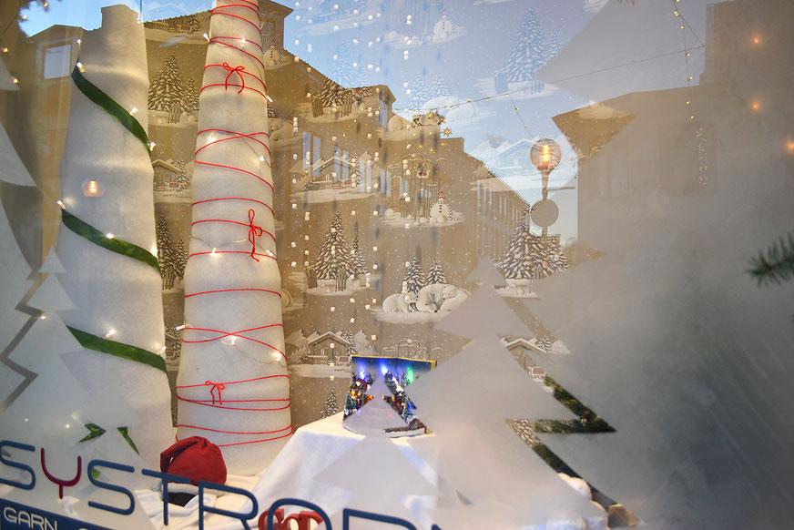Vinterlandskap och fönster frostade med filmjölk.
