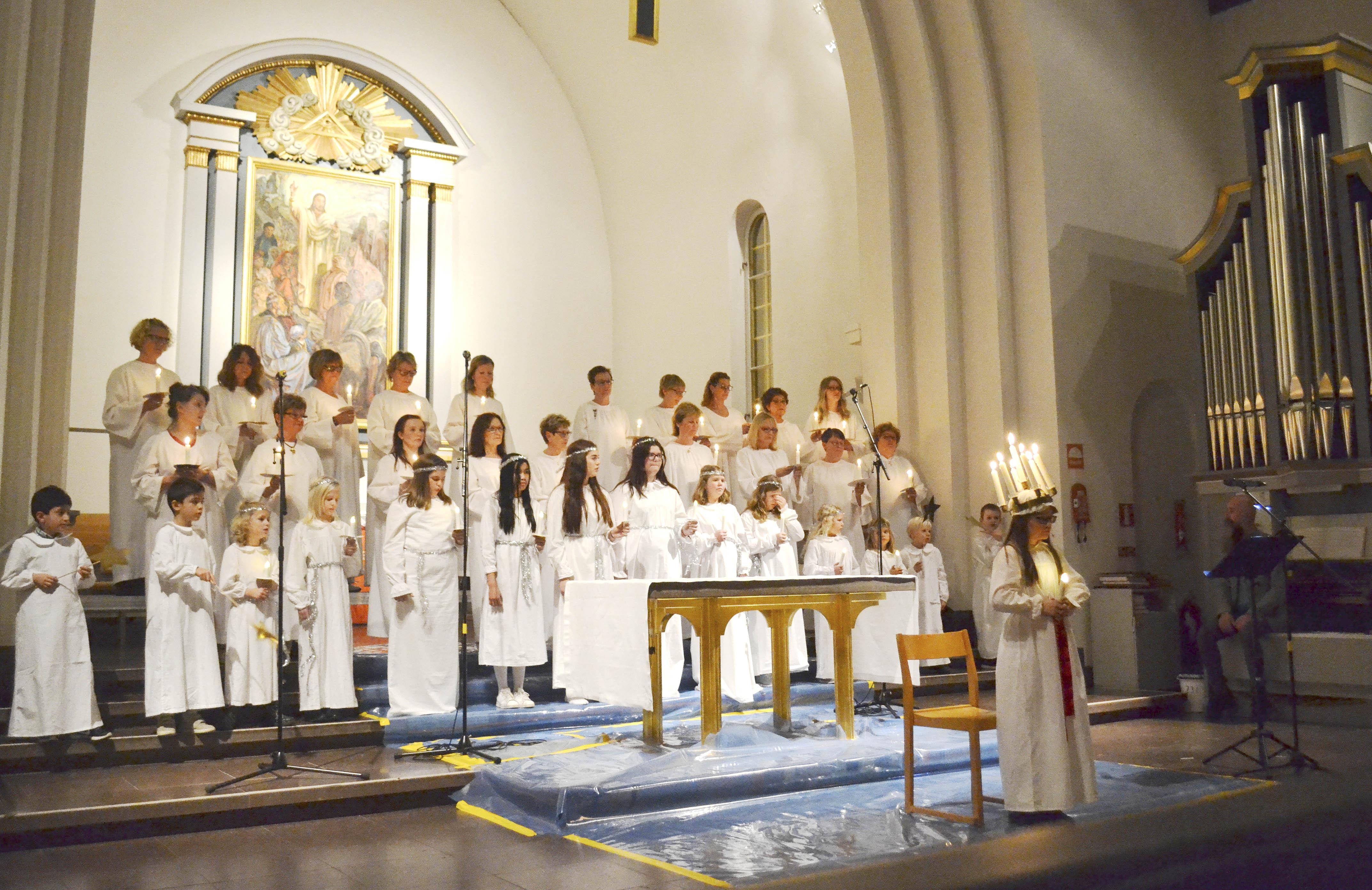 Stämningsfull Luciahögtid med Våghalsarna, Luciakören och Gospel Kids inför en fullsatt Nybro kyrka.