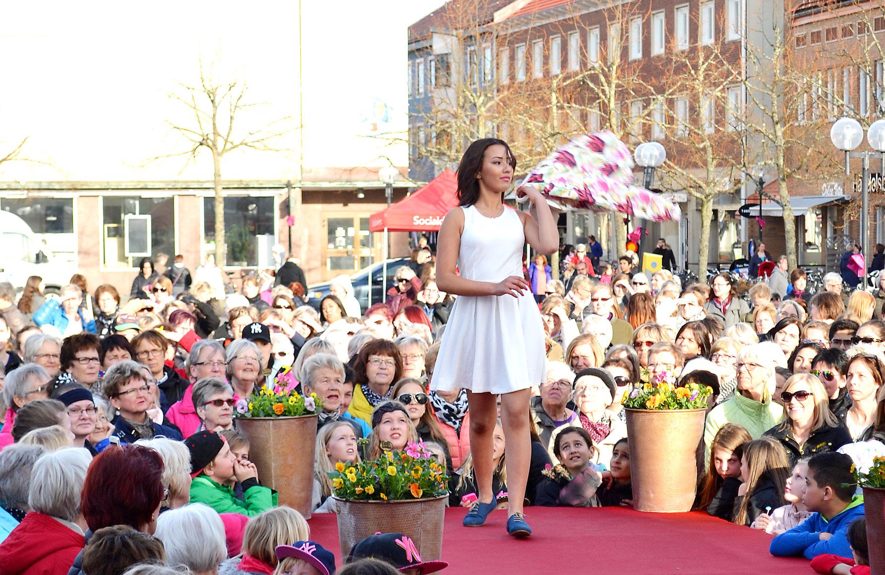 Nu laddar vi för tjejkväll i Nybro den 6 april med happenings, fina erbjudanden, god mat, trevlig musik och STOR modevisning på torget.