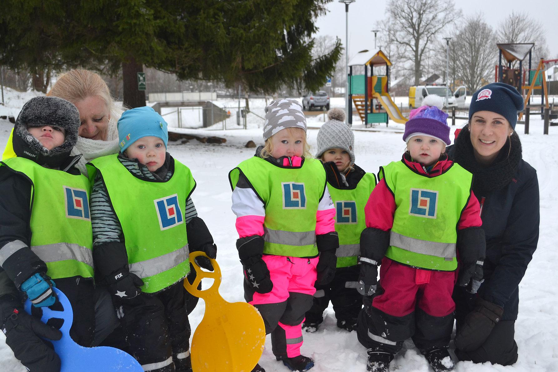 Vitsippan Simon, Gustav, Lisa, Svea och Emilia tillsammans med Moniqa och Åsa som arbetar på Snöflingan.