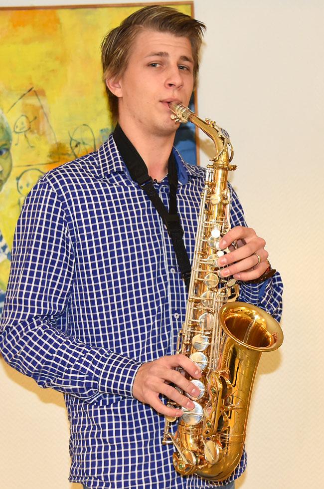 Lukas Borg spelar altsaxofon.