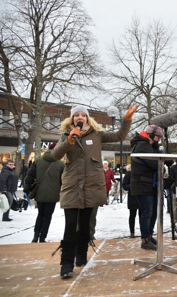 – Hej Nybro, sa Sandra Dahlberg när hon steg upp på podiet på torget i Nybro för att dela ut vinster till alla postkodvinnare som bor på postnummer 382 44.