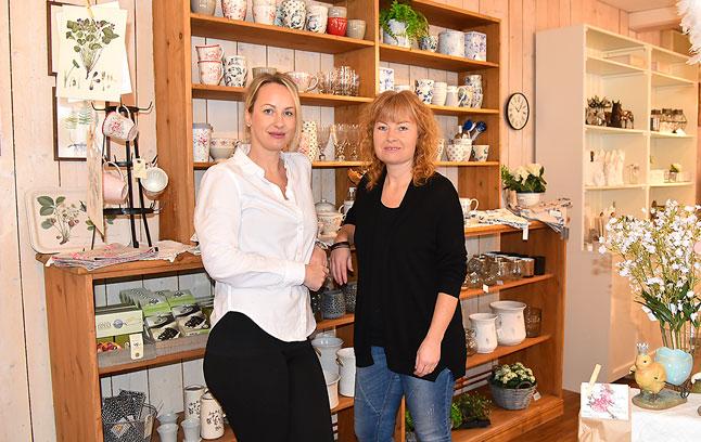 Sara Wolf lämnar med varm hand över företaget Butik Karamellen till Annika Karlsén.