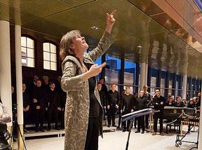 """""""Här är musiken!"""" heter verket, och det inviger Kungliga Musikhögskolans nya Campus. Karin Rehnqvist dirigerar. Foto: Lena Tollstoy."""