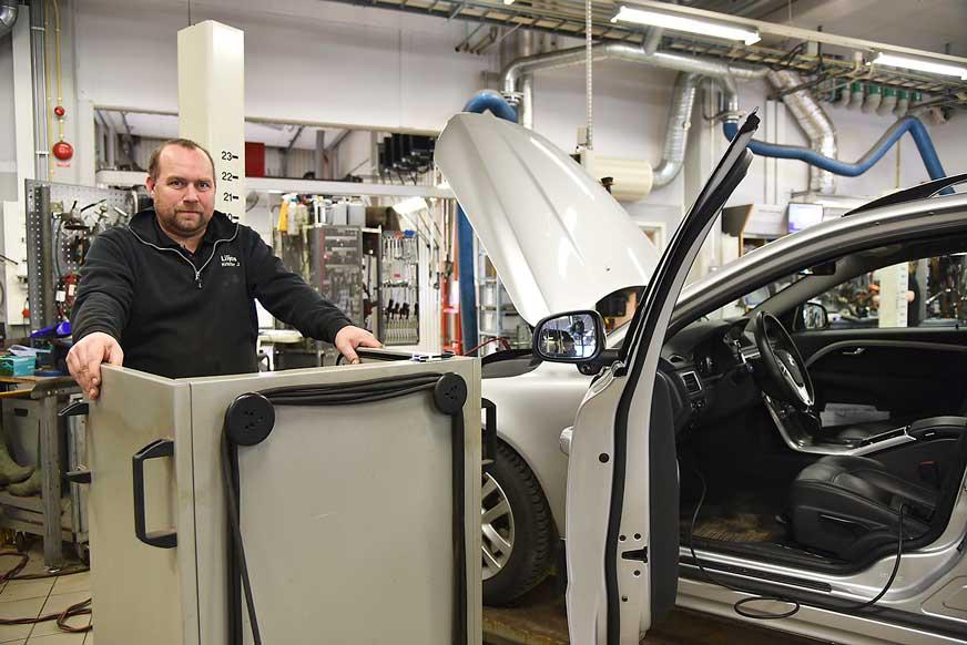 – Det handlar mycket om datateknik när man servar dagens bilar, säger mekanikern Krister Johansson, som här arbetar med felsökningsdatorn.